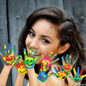 manos con pintura para adornar tu fotomontaje
